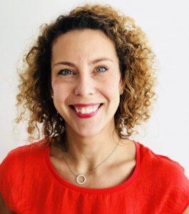 Profilbild Louise i röd tröja som genomgått och gastric sleeve