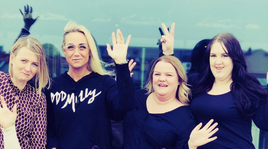 sex viktopererade bloggare från levdittliv på gruppbild glada med uppsträckta händer