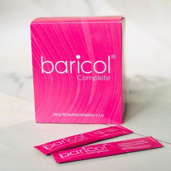 Baricol Complete pulver rosa ask med två pulversticks liggande framför