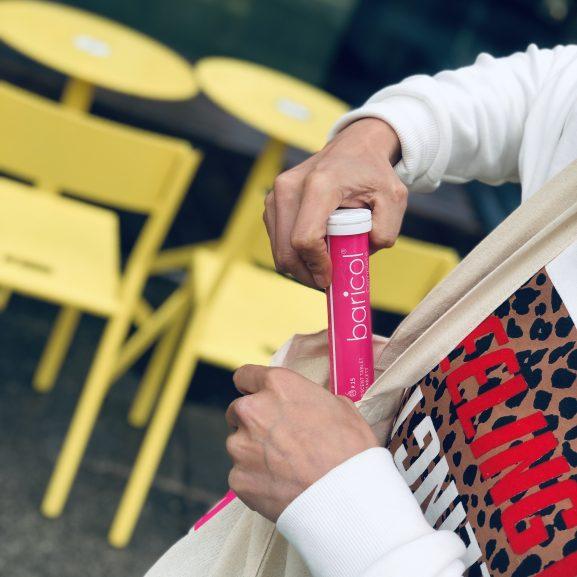 Kvinna lägger ner brusrör med baricol i tygväska