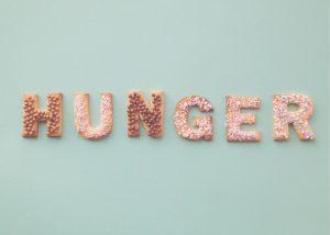 Hunger text gjord av munkar på grågrön bakgrund